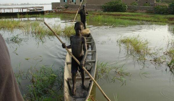 Un'immagine dei piccoli africani protagonisti del road movie 14 kilometros