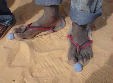 Un'immagine delle calzature africane dal film 14 kilometros