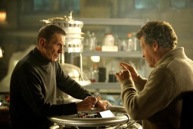 Leonard Nimoy e John Noble nell'episodio Over There: Part 2 di Fringe
