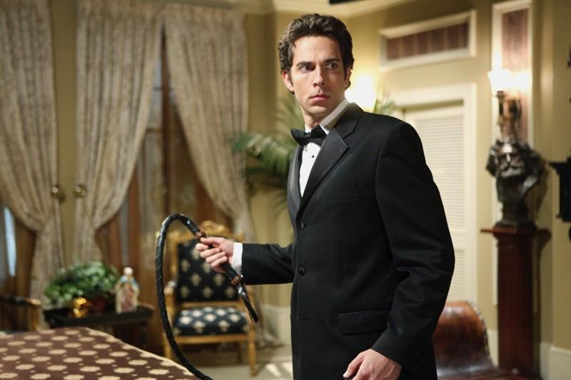 Chuck (Zachary Levi) con tanto di frusta in una scena dell'episodio Chuck Versus the Role Models