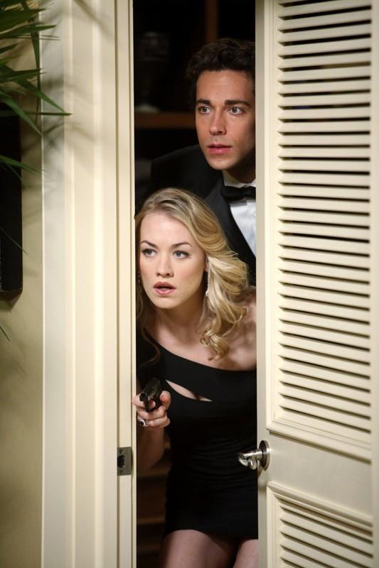 Chuck (Zachary Levi) e Sarah (Yvonne Strahovski) nascosti e armati in: Chuck Versus the Role Models