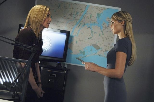 Elizabeth Mitchell e Laura Vandervoort in un momento dell'episodio Fruition del remake di Visitors