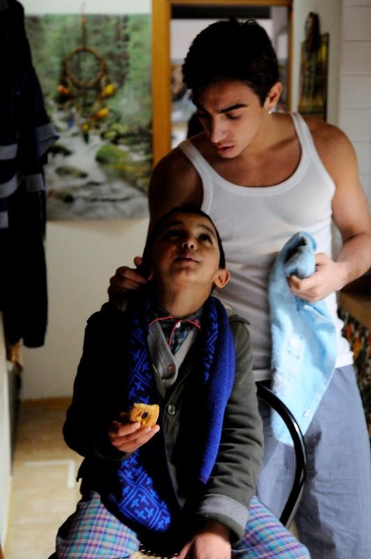 Il piccolo Denis Nikolic con Gianluca Di Gennaro nel cortometraggio Armandino e il Madre