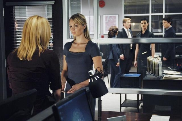 V: Elizabeth Mitchell e Laura Vandervoort in un momento dell'episodio Fruition