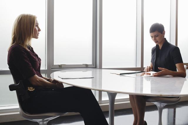 V: Elizabeth Mitchell e Morena Baccarin nell'episodio Fruition