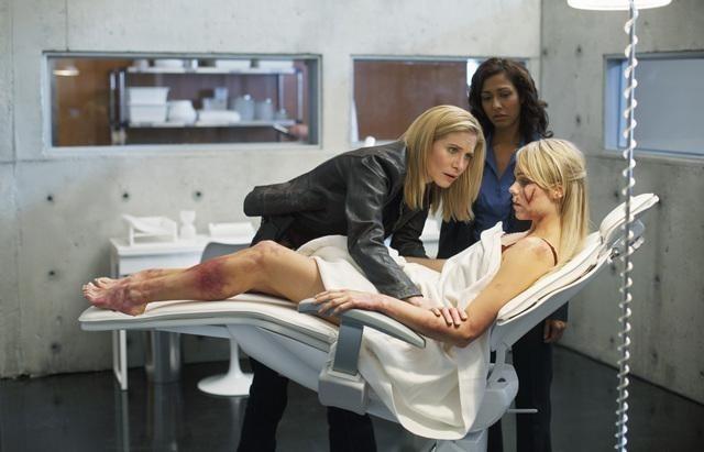 V: Elizabeth Mitchell, Rekha Sharma e Laura Vandervoort in una scena dell'episodio Fruition