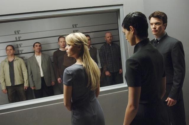 V: Laura Vandervoort e Morena Baccarin in una scena dell'episodio Fruition