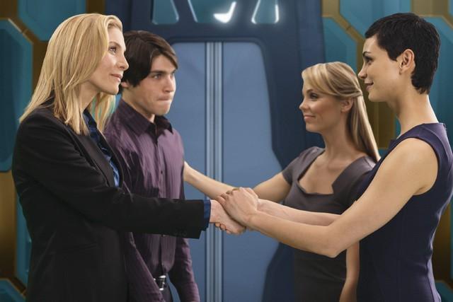 V: Laura Vandervoort, Elizabeth Mitchell e Morena Baccarin in una scena dell'episodio Red Sky