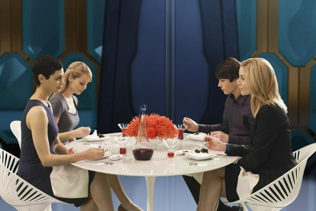 V: Laura Vandervoort, Elizabeth Mitchell, Logan Huffman e Morena Baccarin in una scena dell'episodio Red Sky