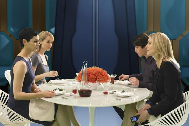 V: Laura Vandervoort, Elizabeth Mitchell, Logan Huffman e Morena Baccarin nell'episodio Red Sky
