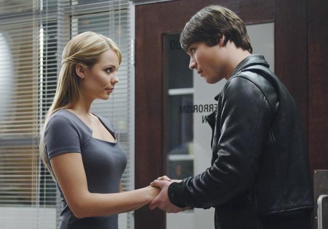 V: Logan Huffman e Laura Vandervoort nell'episodio Fruition
