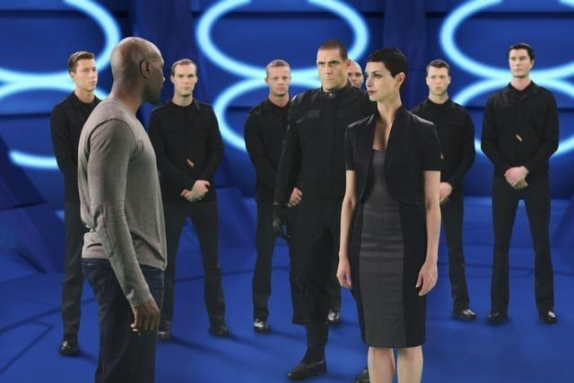 V: Morris Chestnut e Morena Baccarin in una scena dell'episodio Red Sky