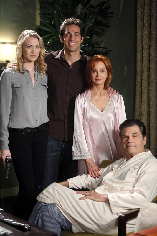 Zachary Levi, Yvonne Strahovski, Swoosie Kurtz e Fred Willard in una foto per l'episodio Chuck Versus the Role Models