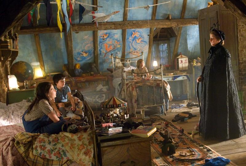 Asa Butterfield, Oscar Steer e Lil Woods con Emma Thompson nel film Tata Matilda e il grande botto