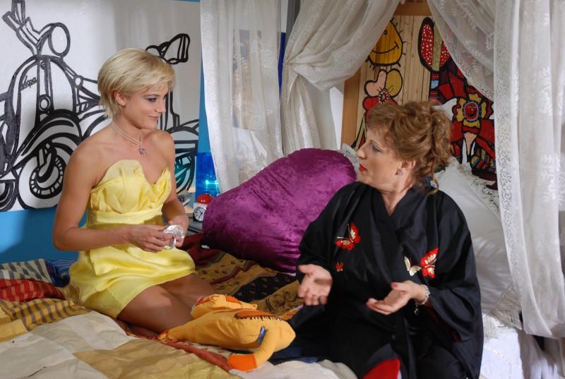 Camilla Ferranti con Fioretta Mari in una sequenza di Alice