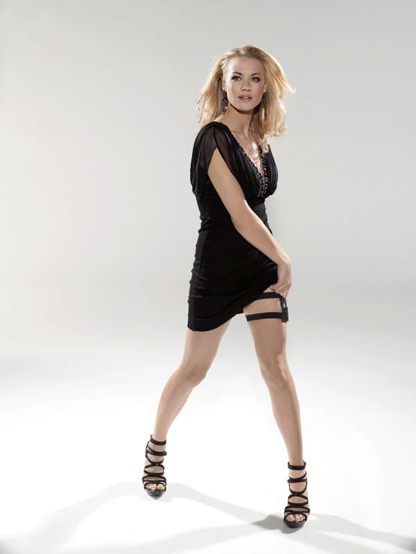 La sexy spia Yvonne Strahovski in una foto promo per la terza stagione di Chuck