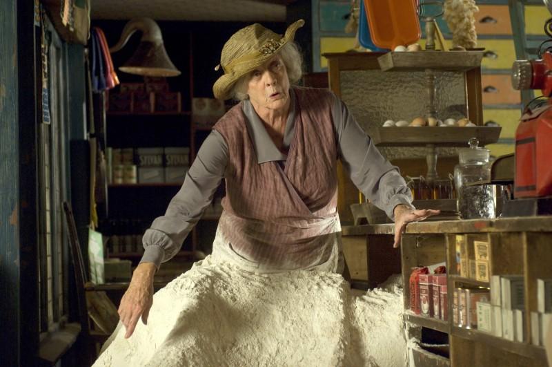 Maggie Smith in una scena del film Tata Matilda e il grande botto