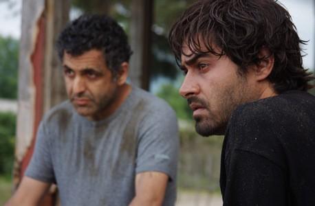 Shahab Hosseini e Mani Haghighi in una scena di About Elly