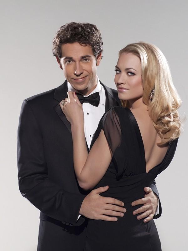 Zachary Levi e Yvonne Strahovski in una foto promo per la stagione 3 di Chuck
