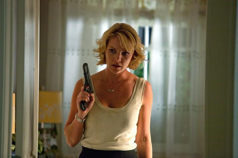 Jen Kornfeldt (Katherine Heigl) armata di pistola in una scena del film Killers