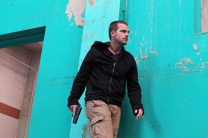 Chris O'Donnell armato di pistola nell'episodio Callen, G di NCIS: Los Angeles