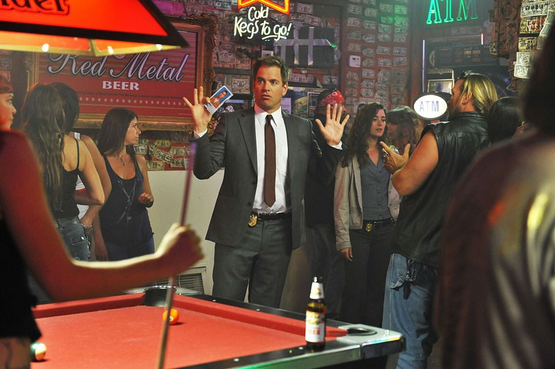 Cote de Pablo e Michael Weatherly durante un'indagine nell'episodio Borderland di N.C.I.S.