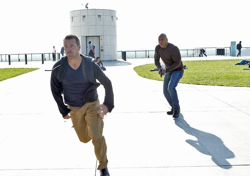 Cullen (Chris O'Donnell) e Sam (LL Cool J) in corsa nell'episodio Burned di NCIS: Los Angeles