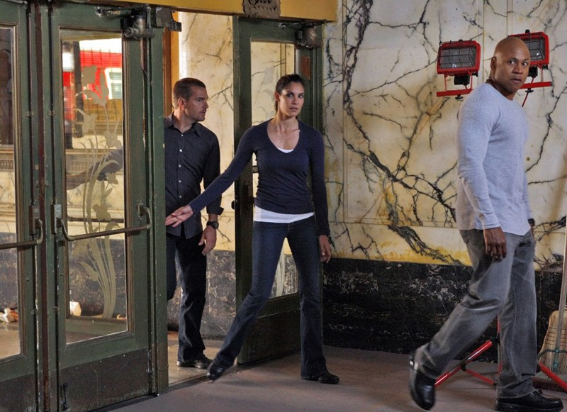 Daniela Ruah e LL Cool J seguiti da Chris O'Donnell in una scena dell'episodio Found di NCIS: Los Angeles