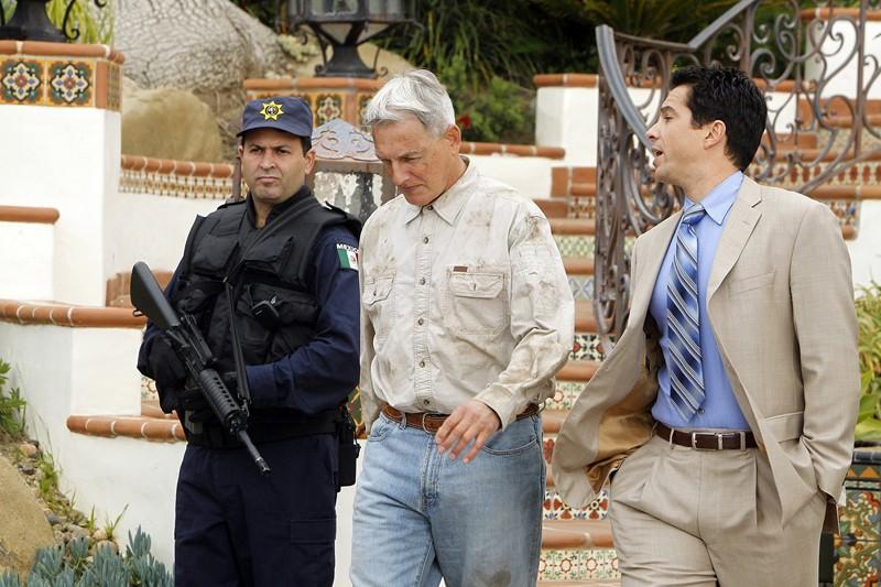 Gibbs (Mark Harmon) parla con Alejandro Rivera (Marco Sanchez) nell'episodio Rule Fifty-One di N.C.I.S.
