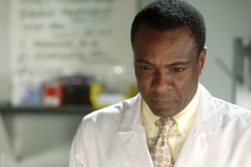 Il Dr. Martin Kowambe (Allan Louis) nell'episodio Chuck Versus the Tooth