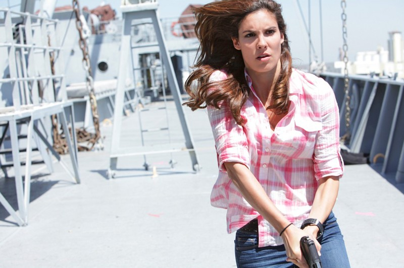 Kensi (Daniela Ruah) in azione nell'episodio Hunted di NCIS: Los Angeles