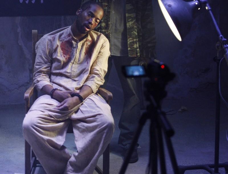 L'Agente Speciale Dominic Vaile (Adam Jamal Craig) torturato in una scena dell'episodio Found di NCIS: Los Angeles