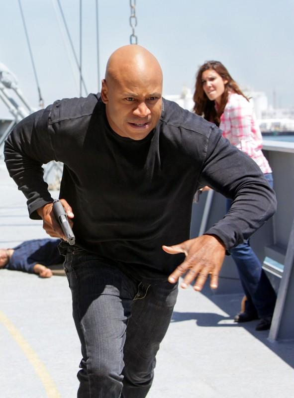 LL Cool J in corsa, con alle spalle Daniela Ruah nell'episodio Hunted di NCIS: Los Angeles