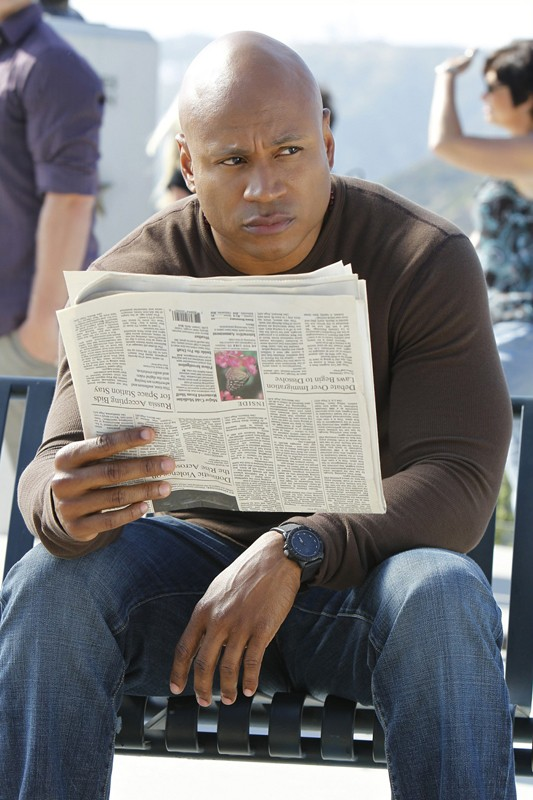 Sam (LL Cool J) osserva la situazione nell'episodio Burned di NCIS: Los Angeles