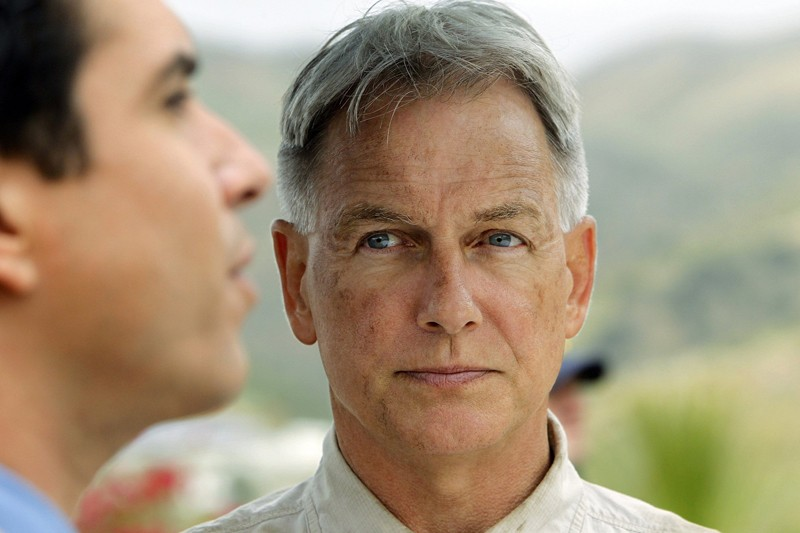 Un primo piano dell'Agente Jethro Gibbs (Mark Harmon) nell'episodio Rule Fifty-One di N.C.I.S.