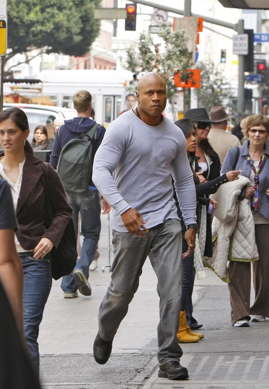 Un serio Sam (LL Cool J) cammina in strada fra la gente nell'episodio Found di NCIS: Los Angeles
