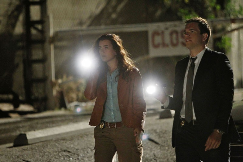 Ziva (Cote de Pablo) e Tony (Michael Weatherly), torce in mano, in una scena dell'episodio Borderland di N.C.I.S.