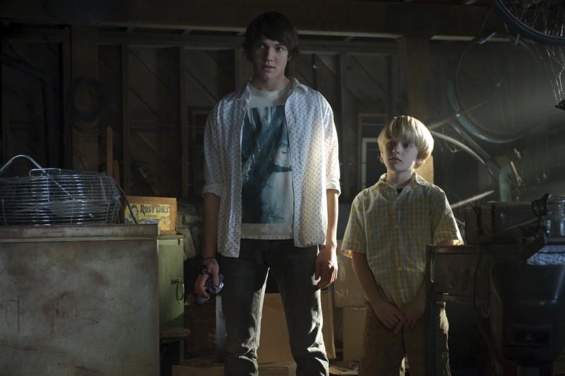 Chris Massoglia e Nathan Gamble in una scena del film The Hole in 3D