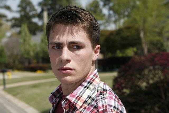 Colton Haynes in una scena della serie The Gates