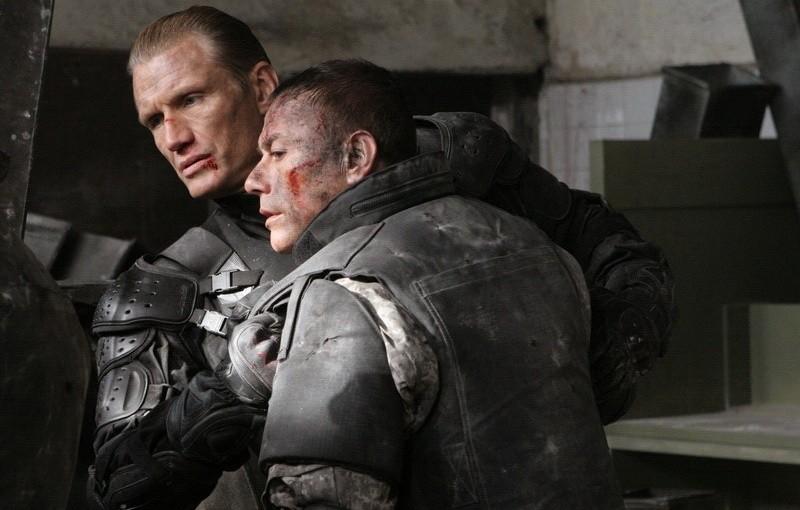 Dolph Lundgren e Jean-Claude Van Damme in una scena del film Universal Soldier: Regeneration