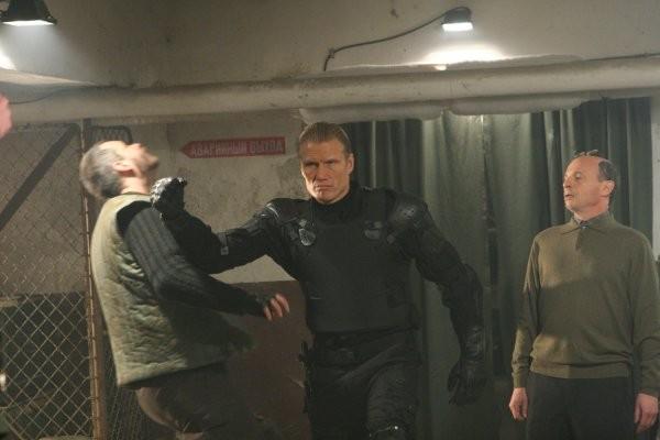 Dolph Lundgren in una sequenza del film Universal Soldier: Regeneration