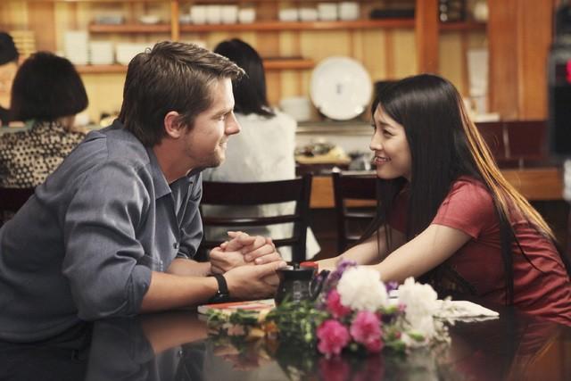 FlashForward: Zachary Knighton e Yuko Takeuchi in una scena dell'episodio Future Shock