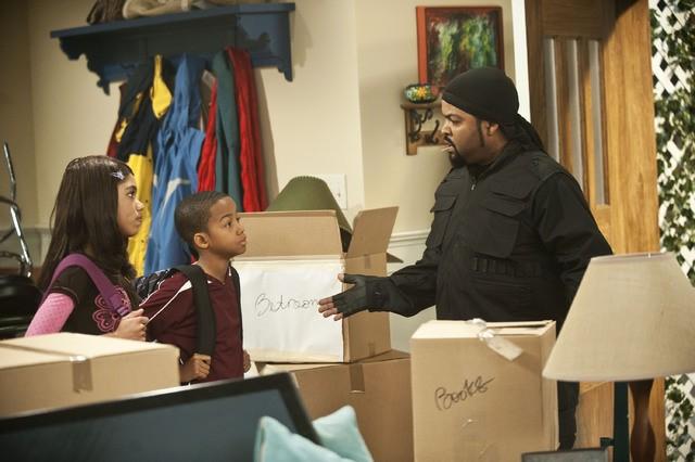 Ice Cube, Coy Stewart e Teala Dunn in una scena della serie Are We There Yet?