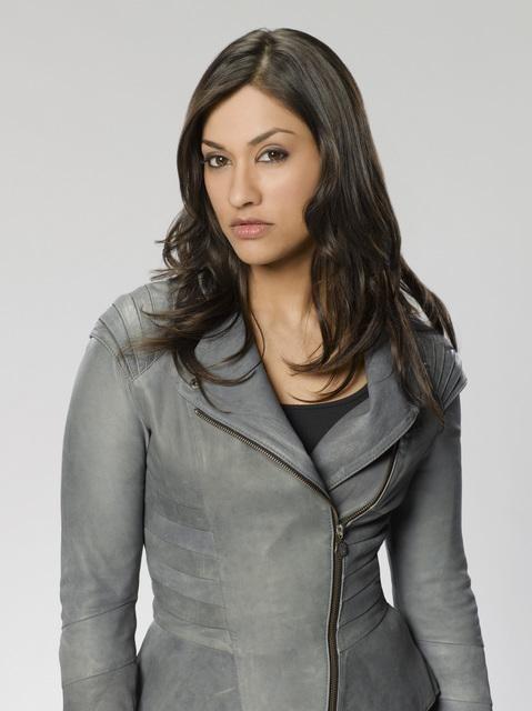 Janina Gavankar è Leigh Turner in una foto promozionale della serie The Gates