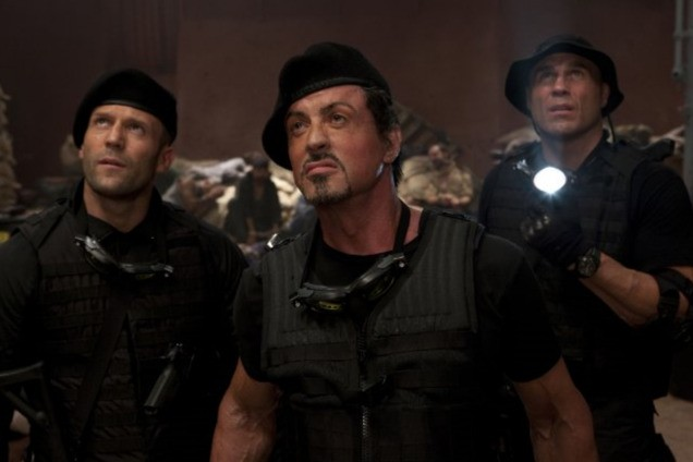 Jason Statham, Sylvester Stallone e Randy Couture in una scena di The Expendables