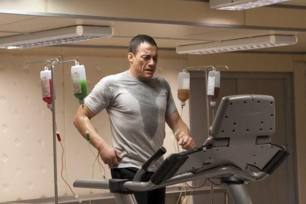 Jean-Claude Van Damme è il soldato Luc Deveraux nel film Universal Soldier: Regeneration