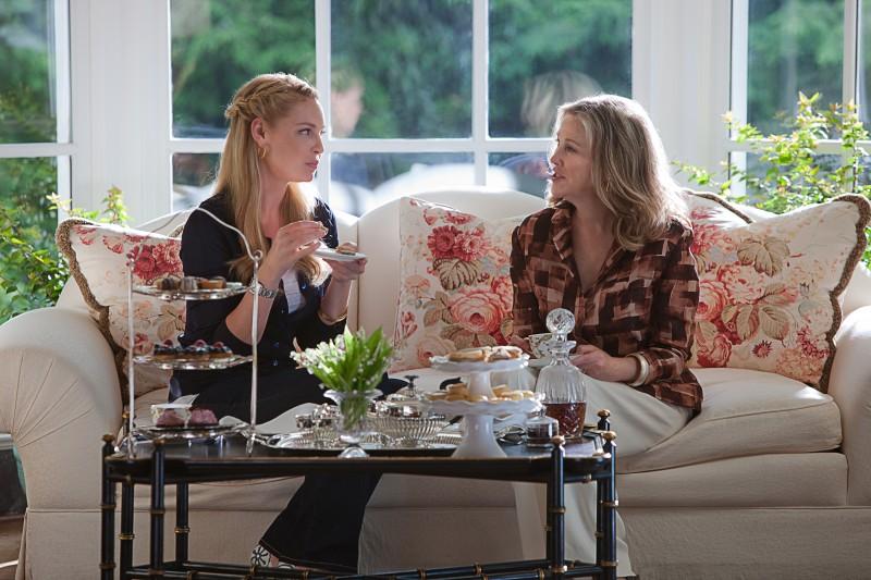 Jen (Katherine Heigl) e la signora Kornfeldt (Catherine O'Hara) in una sequenza del film Killers