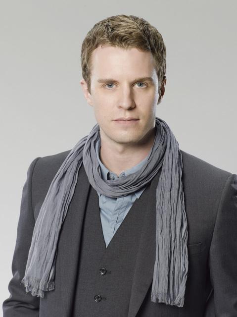 Luke Mably è Dylan Radcliff in una foto promozionale della serie The Gates