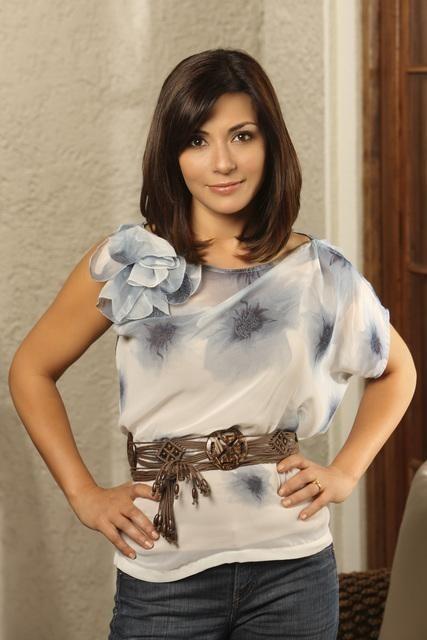 Marisol Nichols è Sarah Monahan in una foto promozionale della serie The Gates