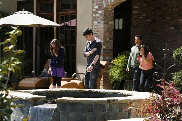 Marisol Nichols, Frank Grillo e Travis Caldwell in un momento della serie The Gates